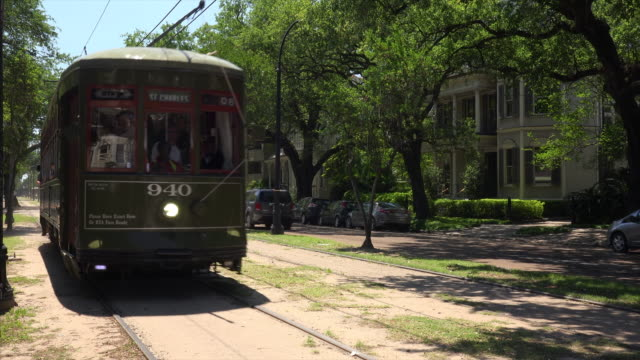 a streetcar in the garden district of new orleans, louisiana - 路面電車点の映像素材/bロール
