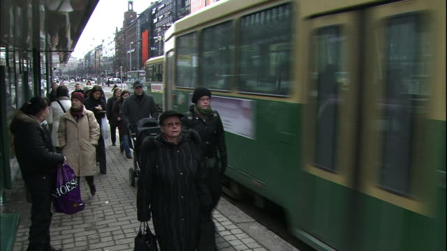 vídeos de stock e filmes b-roll de a streetcar leaves the platform in helsinki, finland. - linha do elétrico