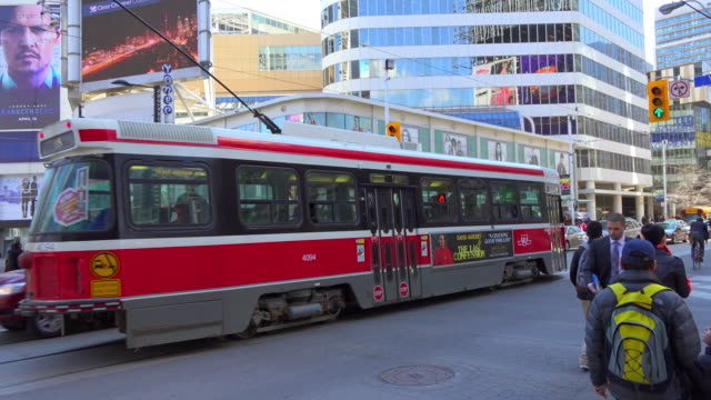vídeos y material grabado en eventos de stock de l2 streetcar operating for the toronto transit commission passes the intersection of dundas avenue and yonge street in downtown toronto the area is a... - letrero de tienda