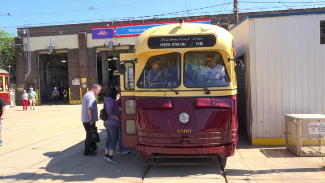 stockvideo's en b-roll-footage met pcc streetcar part of the toronto city heritage since 1951 the carhouse is accessible to the public during the 'open doors toronto' event - sociale geschiedenis