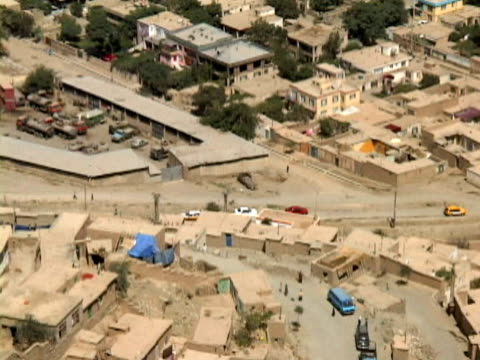 vidéos et rushes de ws ls ha zo streets, cars and houses of kabul city, kabul, afghanistan - kaboul