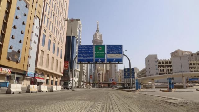 streets leading to the holy sites in mecca are still closed by the police to stem the spread of the coronavirus - golfstaaten stock-videos und b-roll-filmmaterial