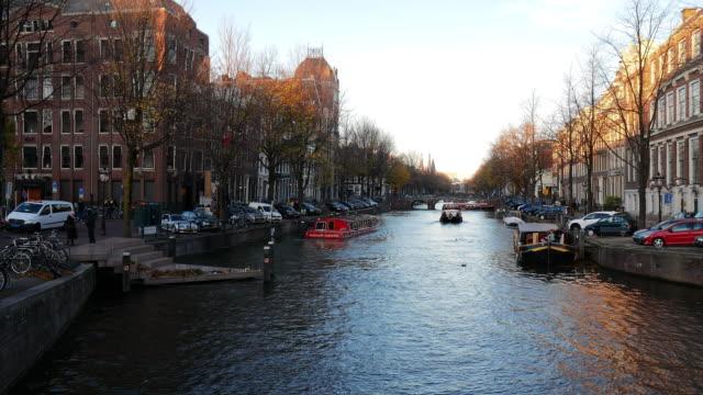 アムステルダム、有名な橋、自転車、オランダで象徴的なヨーロッパの都市における建築の街 - 北ホラント州点の映像素材/bロール