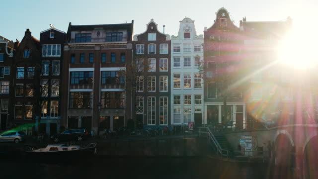 straßen von amsterdam, berühmten brücken, fahrräder und architektur im kultigen europäischen stadt in niederlande - high dynamic range imaging stock-videos und b-roll-filmmaterial