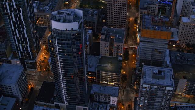 AERIAL gatorna i Downtown Seattle på natten