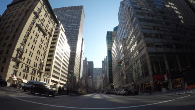vídeos de stock, filmes e b-roll de streets of new york city shown by a car's point of view. america's largest city with skyscrapers and highrise buildings. - ponto de vista de filmagem