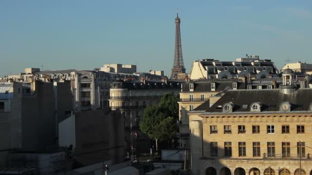 straßen von paris - erektion stock-videos und b-roll-filmmaterial