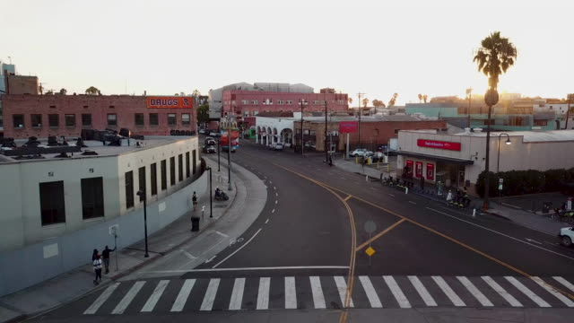 stockvideo's en b-roll-footage met streets of venice california - aerial drone shot - venice california