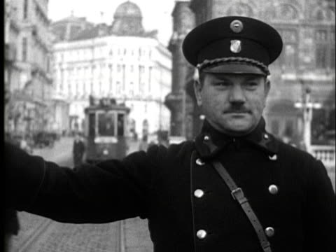 vidéos et rushes de 1936 -streets of vienna, police directing traffic - 1936