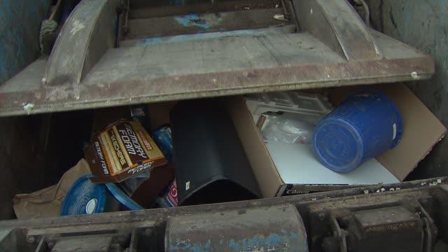 vidéos et rushes de streets sanitation truck crushes garbage in chicago on feb 12 2015 - camion poubelles