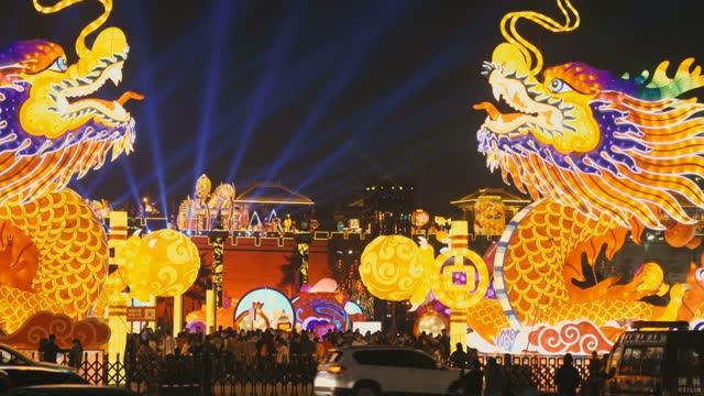 vídeos de stock e filmes b-roll de streetscape view during chinese spring festival,xi'an,china. - mercado noturno
