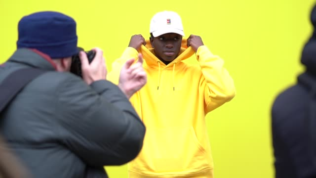 vidéos et rushes de slomo streetstyle during london fashion week menswear a/w 2019 street style at on january 4 2019 in london england - semaine de la mode de londres