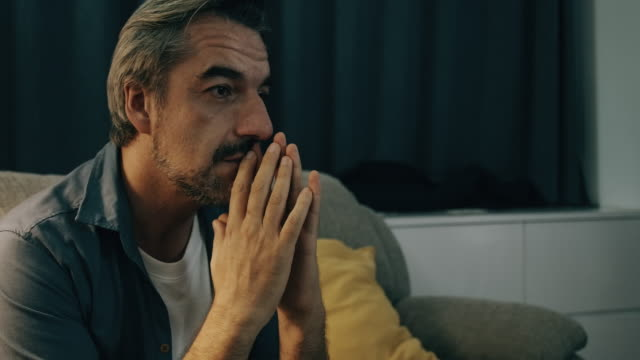vídeos de stock, filmes e b-roll de homem do estresse no sofá. - 50 54 anos