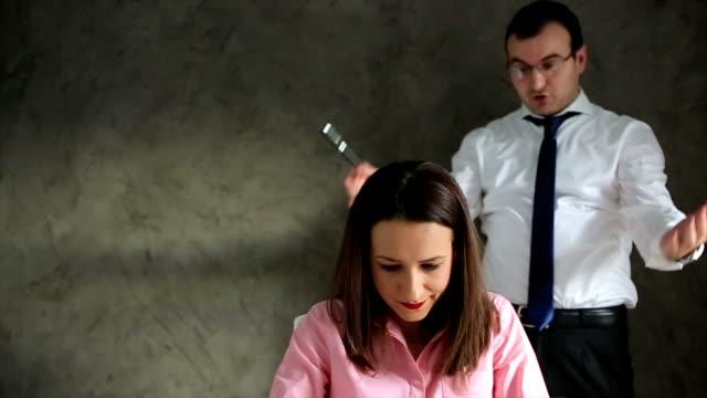 vídeos de stock, filmes e b-roll de mulher de negócios estressado - batendo com a cabeça na parede