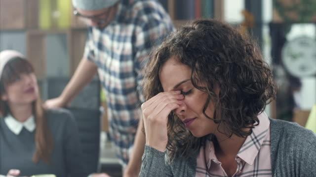vídeos y material grabado en eventos de stock de mujer de negocios de tensión  - dolor de cabeza