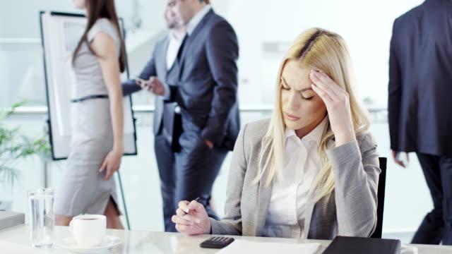 vídeos de stock, filmes e b-roll de mulher de negócios estressado - excesso de trabalho