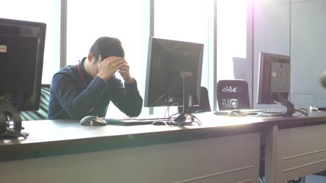 作業ストレスの男 - 心配する点の映像素材/bロール
