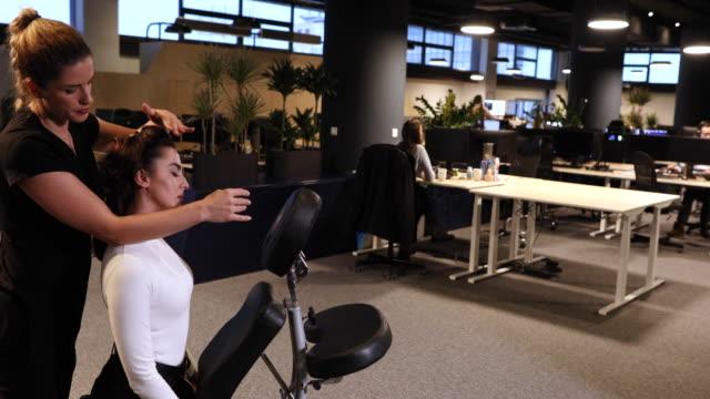 vídeos de stock e filmes b-roll de stressed overworked young business woman enjoying neck massage - dor no pescoço