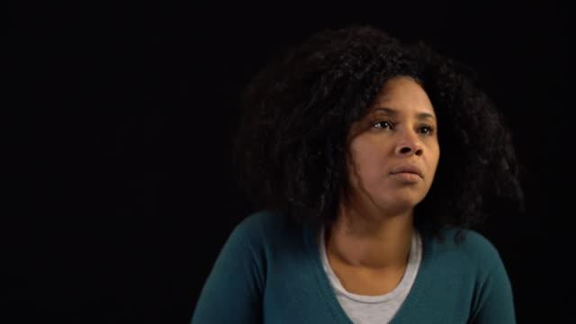 donna stressata su sfondo nero - 35 39 anni video stock e b–roll
