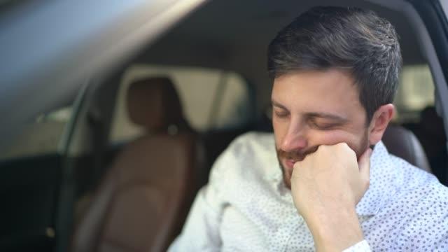 vídeos de stock, filmes e b-roll de motorista estressado /preocupado - desesperança