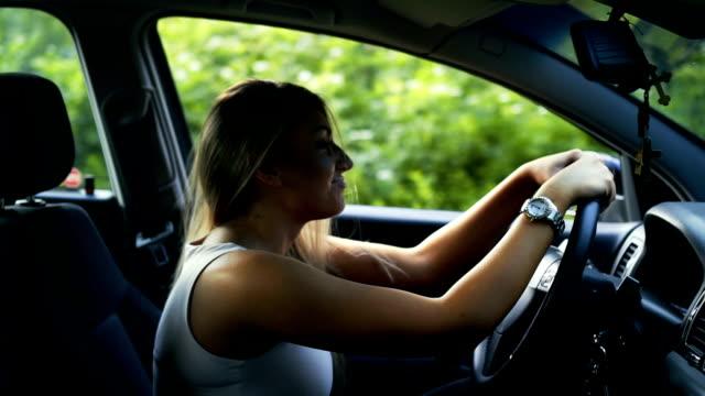 vídeos y material grabado en eventos de stock de tensión mujer joven en el coche - ansiedad