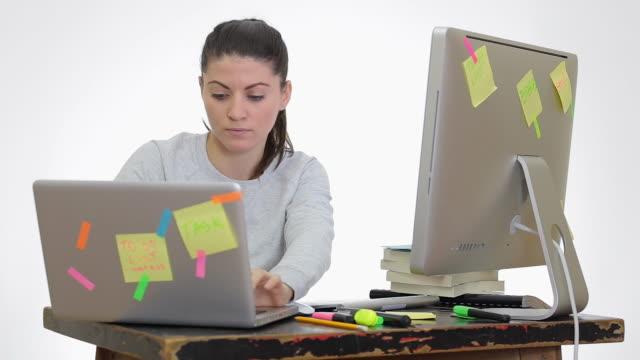 vídeos de stock, filmes e b-roll de frisou jovem mulher trabalhando no laptop pc e simultânea. - tecido humano