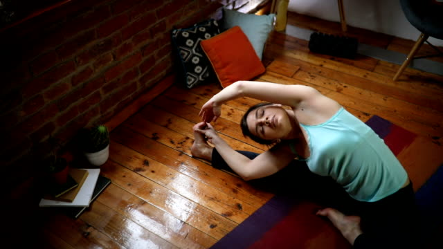 stretching at home - postura video stock e b–roll