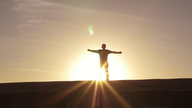 vidéos et rushes de stretching at sunrise - force