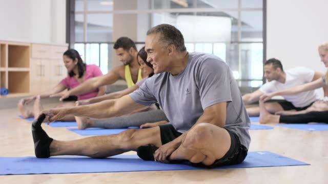 vídeos de stock, filmes e b-roll de alongamento antes da aula de fitness - boa postura