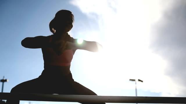 vidéos et rushes de des étirements avant de m'entraîner - joggeuse