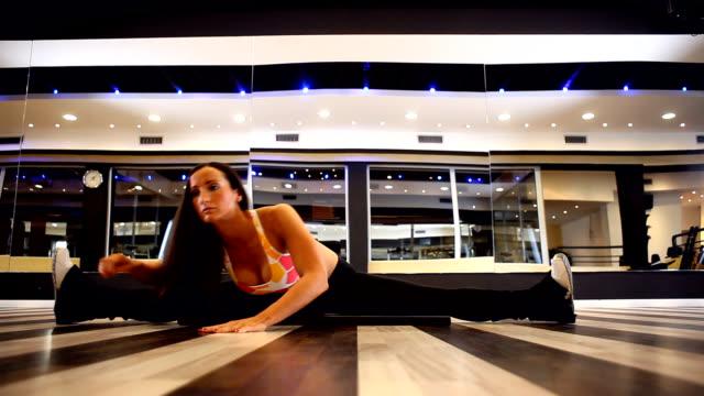 stretching in the gym - sportbehå bildbanksvideor och videomaterial från bakom kulisserna