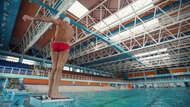 vídeos de stock, filmes e b-roll de esticando na placa de mergulho - esporte aquático