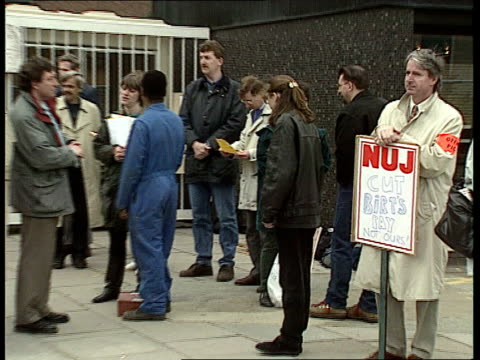 tv centre gv tv centre with pickets outside cms nuj plaque saying cut birt's pay not ours pull out to picket line broadcasting house cms webster i/c... - streikposten stock-videos und b-roll-filmmaterial