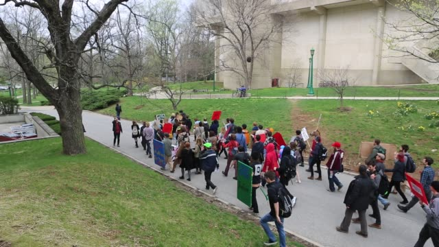 vídeos de stock, filmes e b-roll de iu strike protesters march on the campus of indiana university april 11 2013 in bloomington indiana the protesters had a list of issues they were... - bloomington indiana
