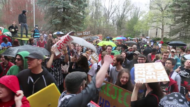vídeos de stock, filmes e b-roll de strike protesters march on the campus of indiana university april 11, 2013 in bloomington, indiana. the protesters had a list of issues they were... - 2013