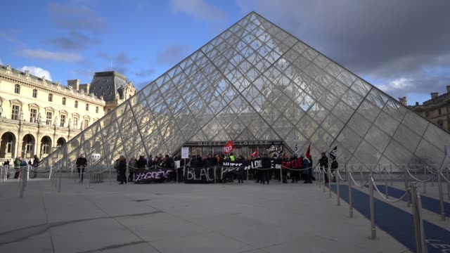 vidéos et rushes de strikers block the louvre museum entrance as france faces its 44th day of strike over planned pension reform, at louvre on january 17, 2020 in paris,... - grève