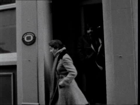 dispute in fleet street; england: london: fleet street: ext 'daily mirror' sign building 'the sun' sign tilt down to pickets pickets standing 'the... - fleet street stock videos & royalty-free footage