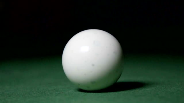 vídeos de stock e filmes b-roll de striking a cue ball, slow motion - mesa de bilhar