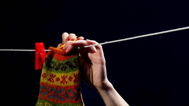 stockvideo's en b-roll-footage met tekenreeks voor het drogen van linnen - wasknijper