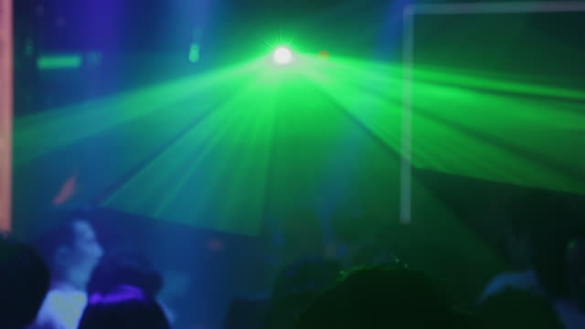 vídeos de stock e filmes b-roll de strobe lights flashing at tokyo nightclub - luz estroboscópica
