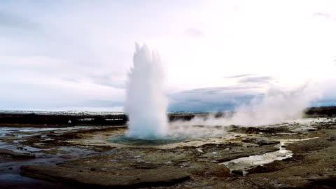 vídeos de stock e filmes b-roll de strokkur geyser iceland erupting - islândia