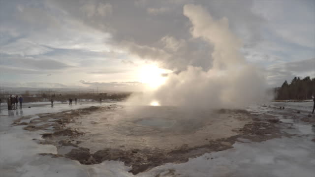 vídeos de stock, filmes e b-roll de strokkur geyser in iceland - gêiser strokkur