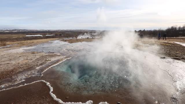 vídeos y material grabado en eventos de stock de strokkur, geysir, iceland - géiser