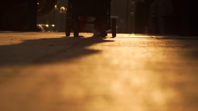 Wandelwagen in de zonsondergang