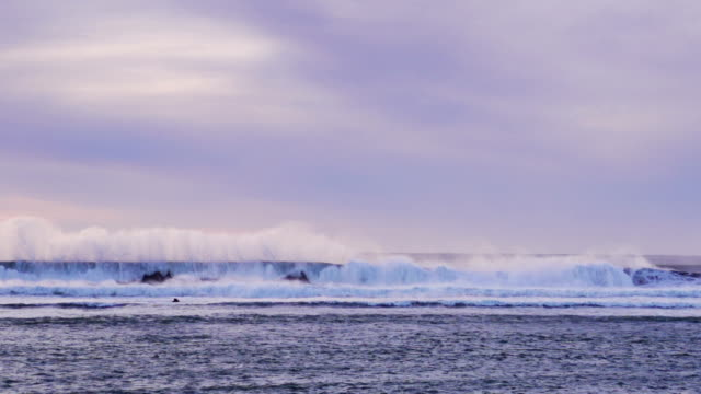 strom portare wave come parete - riva dell'acqua video stock e b–roll