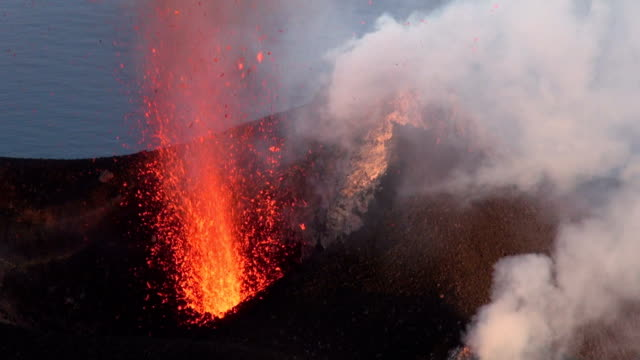 stromboli volcano - eruzione video stock e b–roll