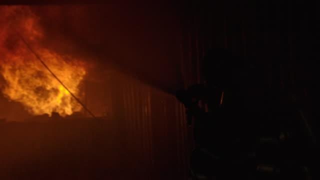 強く勇敢な消防士。 - 救助隊点の映像素材/bロール