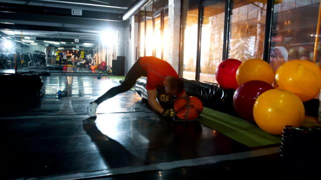 starker athlet punch boxsack - sich verschönern stock-videos und b-roll-filmmaterial