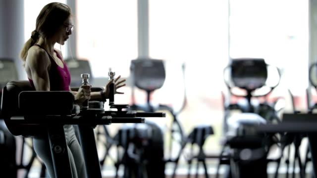 starke schönheit mädchen weibliche bodybuilder trainieren im fitness-studio - bodybuilding stock-videos und b-roll-filmmaterial