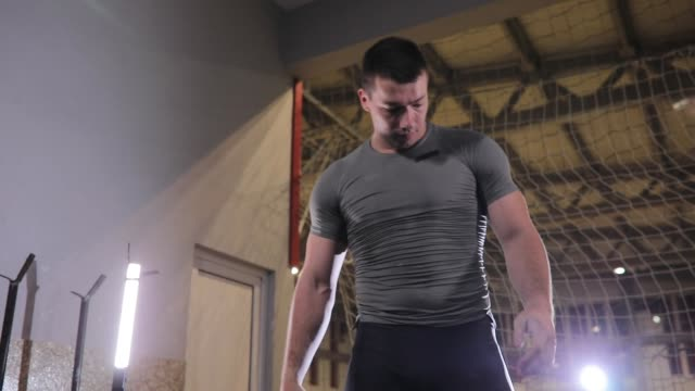 vídeos de stock, filmes e b-roll de treinamento forte do construtor de corpo na ginástica - peso livre equipamento para exercícios